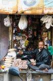 Ahmedabad, Indien - 28. Dezember 2014: Nicht identifizierter indischer Mann, der Vielzahlprodukt am Markt in Ahmedabad verkauft Stockfotografie