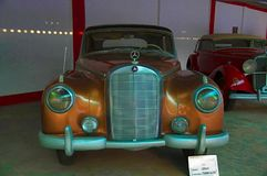 AHMEDABAD, objeżdżać bar, Niemcy GUJARAT INDIA, Czerwiec - 2017, zakończenie przód Mercedez Benz rok 1955, Powozowa praca - A Zdjęcia Royalty Free