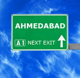 AHMEDABAD vägmärke mot klar blå himmel royaltyfri foto