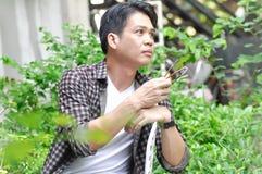 Ahnungsloser Mann oder Mann im Garten stockbild