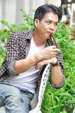 Ahnungsloser Mann oder Mann im Garten stockfotografie