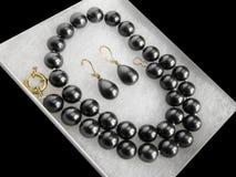Ahogador determinado de la perla del collar de la joyería negra lujosa de los pendientes Fotografía de archivo libre de regalías