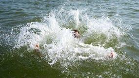 Ahogamiento del hombre que intenta nadar fuera del océano Imagen de archivo libre de regalías