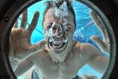 Ahogamiento del zambullidor subacuático del hombre Foto de archivo libre de regalías
