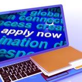 Ahora aplique el trabajo Job Applications de las demostraciones del ordenador portátil de la nube de la palabra Fotografía de archivo
