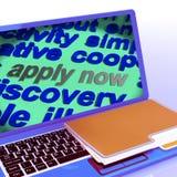 Ahora aplique el trabajo Job Applications de las demostraciones del ordenador portátil de la nube de la palabra Fotos de archivo libres de regalías