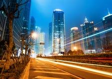 Ahora la ciudad en la noche imagenes de archivo
