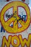 Ahora muestra de la pintada de la paz en el muro de Berlín imagenes de archivo