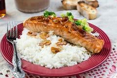 Ahorn glasierte Lachse mit karamellisierten Zwiebeln und Reis Stockfotos