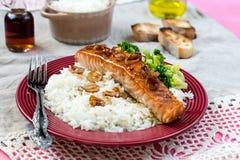 Ahorn glasierte Lachse mit karamellisierten Zwiebeln und Reis Lizenzfreie Stockfotografie
