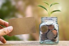 Ahorrando e invierta el concepto del dinero Mano conceptual que sostiene c marrón imagen de archivo libre de regalías