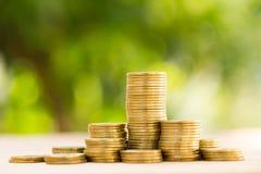 Ahorre el dinero con la moneda del dinero de la pila Fotos de archivo libres de regalías