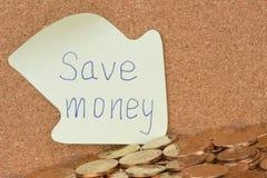 Ahorre el dinero escrito en nota pegajosa foto de archivo libre de regalías