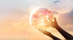 Ahorre la campaña de la energía mundial Tierra del planeta en la demostración humana de las manos Imagen de archivo libre de regalías