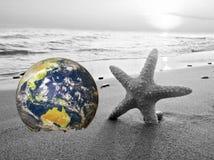 Ahorre la tierra, tierra generada por ordenador como el planeta en una playa Onda que machaca en el fondo Concepto conveniente pa libre illustration