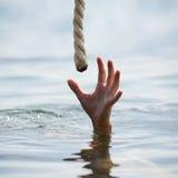 Ahorro de un hombre de ahogamiento Imagen de archivo libre de regalías