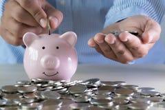 Ahorro positivo del dinero de la felicidad de la pensión para el financia del retiro imagen de archivo