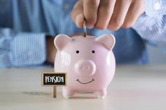 Ahorro positivo del dinero de la felicidad de la pensión para el financia del retiro imagenes de archivo