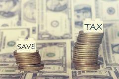 Ahorros bajos y concepto de los altos impuestos Imagenes de archivo