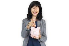 Ahorros del banco de Smiling Happiness Piggy de la empresaria Foto de archivo