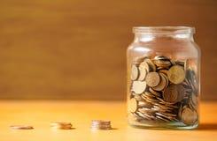 Ahorros en un tarro imagen de archivo libre de regalías
