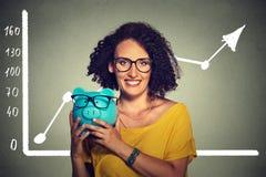 Ahorros excesivos felices y emocionados de la mujer sobre los vidrios de compra de las gafas Fotografía de archivo