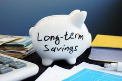 Ahorros a largo plazo escritos en una hucha foto de archivo libre de regalías