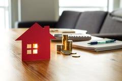 Ahorros para el hogar, las casas de compra, las propiedades inmobiliarias o el subsidio de vivienda foto de archivo libre de regalías