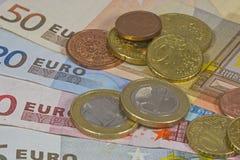 Ahorros que consisten en billetes de banco y monedas Fotos de archivo libres de regalías