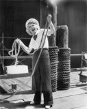 Ahoy från en ung kvinna i en sjömans dräkt som rymmer ett skurkrollrep (alla visade personer inte är längre uppehälle och ingen g royaltyfria foton