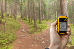 AHRNTAL, ИТАЛИЯ - 22-ОЕ СЕНТЯБРЯ 2014: Trekker находит правое положение в лесе через gps в пасмурном осеннем дне Стоковое фото RF