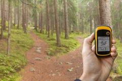 AHRNTAL WŁOCHY, WRZESIEŃ, - 22, 2014: Trekker znajduje prawą pozycję w lesie przez gps w chmurnym jesiennym dniu Zdjęcie Royalty Free