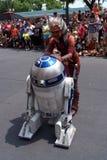 Ahsoka Tano met R2D2 bij Star Wars-Weekends bij Dis Stock Foto