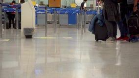 Ahtens, Grèce - 27 04 2019 : les passagers avec des valises marchent le long de la salle d'attente d'aéroport, voyage banque de vidéos