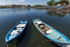 AHTOPOL, BULGARIA - 30 DE JUNIO DE 2013: Panorama del puerto de ciudad de Ahtopol, Bulgaria Fotos de archivo libres de regalías