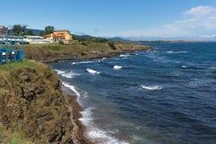 AHTOPOL, BULGARIEN - 30. JUNI 2013: Panorama der Küstenlinie der Stadt von Ahtopol, Bulgarien Lizenzfreies Stockbild