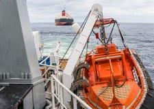 AHTS naczynie robi ładunku elektrostatycznego tankowa holowniczemu udźwigowi Oceanu holownika praca Obrazy Royalty Free
