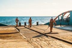 AHTS naczynie robi ładunku elektrostatycznego tankowa holowniczemu udźwigowi Oceanu holownika praca Zdjęcie Stock