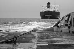 AHTS naczynie robi ładunku elektrostatycznego tankowa holowniczemu udźwigowi Oceanu holownika praca Obraz Stock