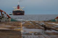 AHTS naczynie robi ładunku elektrostatycznego tankowa holowniczemu udźwigowi Oceanu holownika praca Zdjęcia Stock
