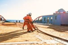 AHTS-Schiff, welches das statische Schleppseiltankeranheben tut Ozeanschlepperjob stockfotografie