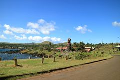 Ahu Mata Ote Vaikava med gigantiska Moai på kusten av Hanga Roa, arkeologisk plats på påskön, Chile arkivfoton
