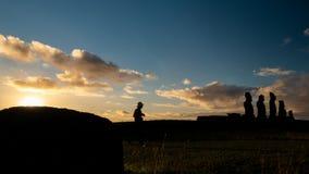 Ahu Tahai令人惊讶的日落时间间隔在Rapa Nui 股票录像