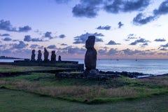 Ahu Tahai Moai statyer nära Hanga Roa på solnedgången - påskö, Chile Royaltyfria Foton