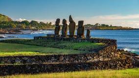 Ahu Tahai mot havet och Hanga Roa i Rapa Nui arkivbilder