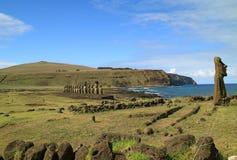 Ahu Tongariki wielki Ahu na Wielkanocnej wyspie z Pacyficznym oceanem na swój plecy Zdjęcie Royalty Free