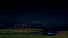 Ahu Vai Uri moonlit pod gwiaździstym niebem, Wielkanocna wyspa, Chile Obraz Stock
