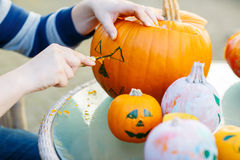 Ahuecamiento hacia fuera de una calabaza para preparar la linterna de Halloween Foto de archivo libre de regalías