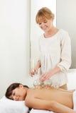 Ahuecamiento profesional del fuego del terapeuta de la acupuntura Imagen de archivo libre de regalías