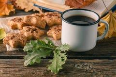 Ahueque el té o el café con las hojas y las galletas de otoño Estacional, té Imagen de archivo